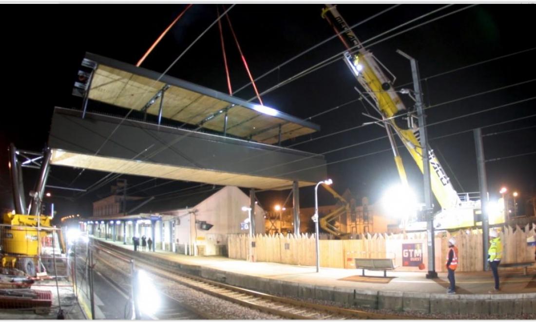 Film du suivi du chantier de la gare d'Auray : grutage de la passerelle